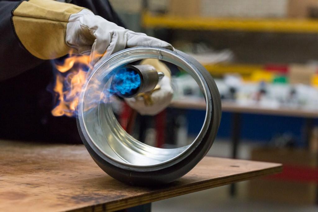 Professionele foto's van het arbeidsproces gemaakt tijdens een fotoreportage van een bedrijf in de metaal sector.