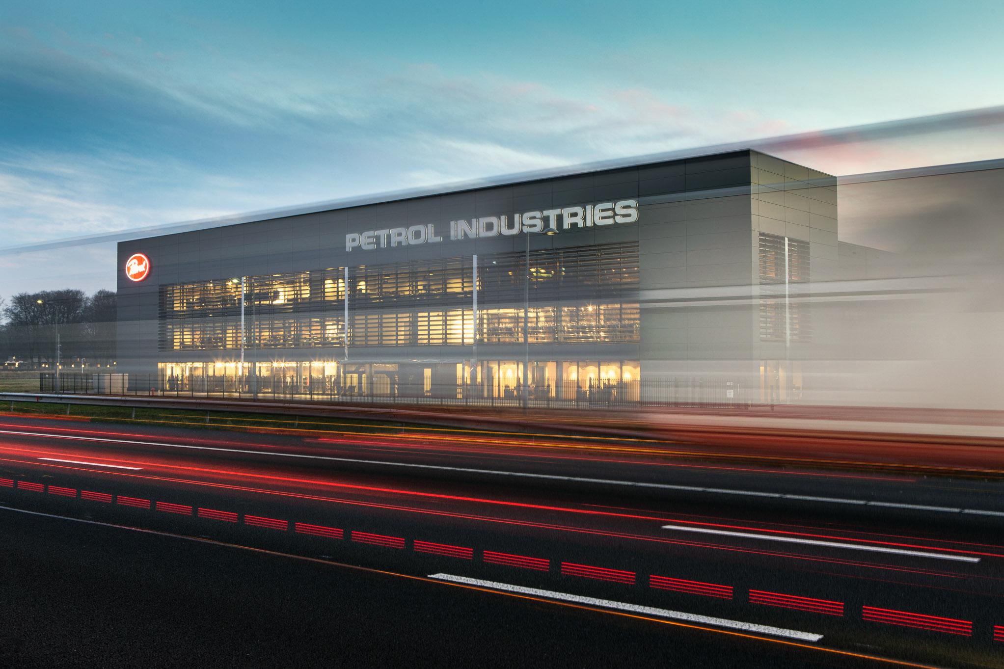 Opvallend beeld van een bedrijfspand gemaakt tijdens een fotoreportage van Petrol Industries in Tilburg.