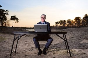 Portret zakenman die zakelijk geleed is in de natuur.
