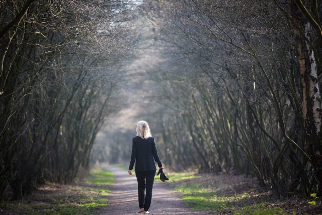 Portret zakenvrouw die zichzelf is in de natuur.