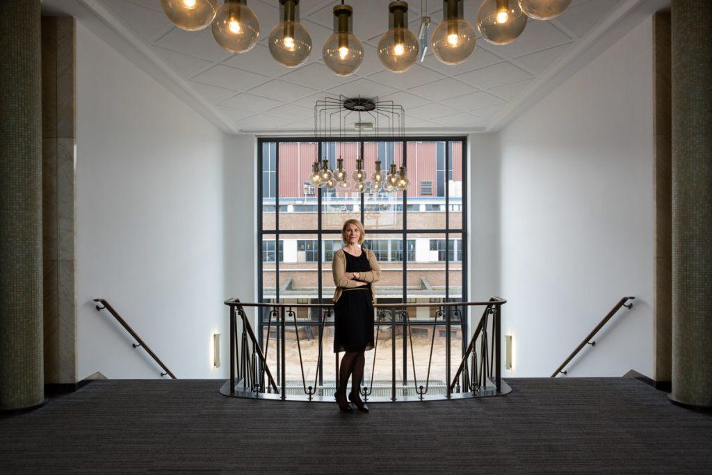 Statisch portret zakenvrouw met stijlvolle architectuur.