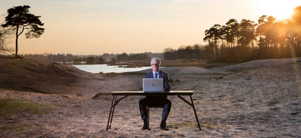 Fotoshoot zakenman in de natuur.