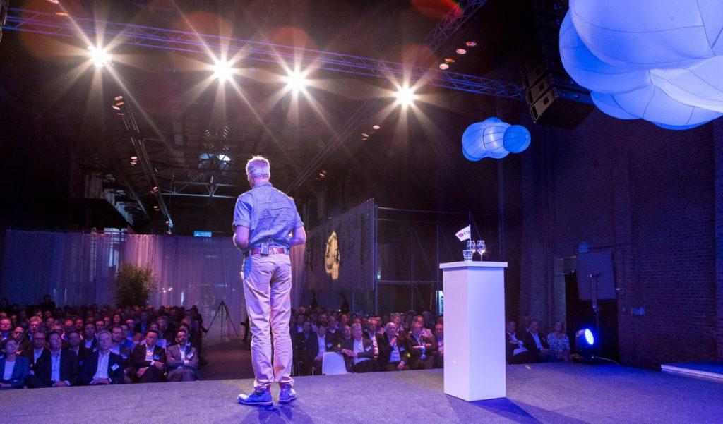 Bergbeklimmer Wilco van Rooijen houd speech tijdens event.