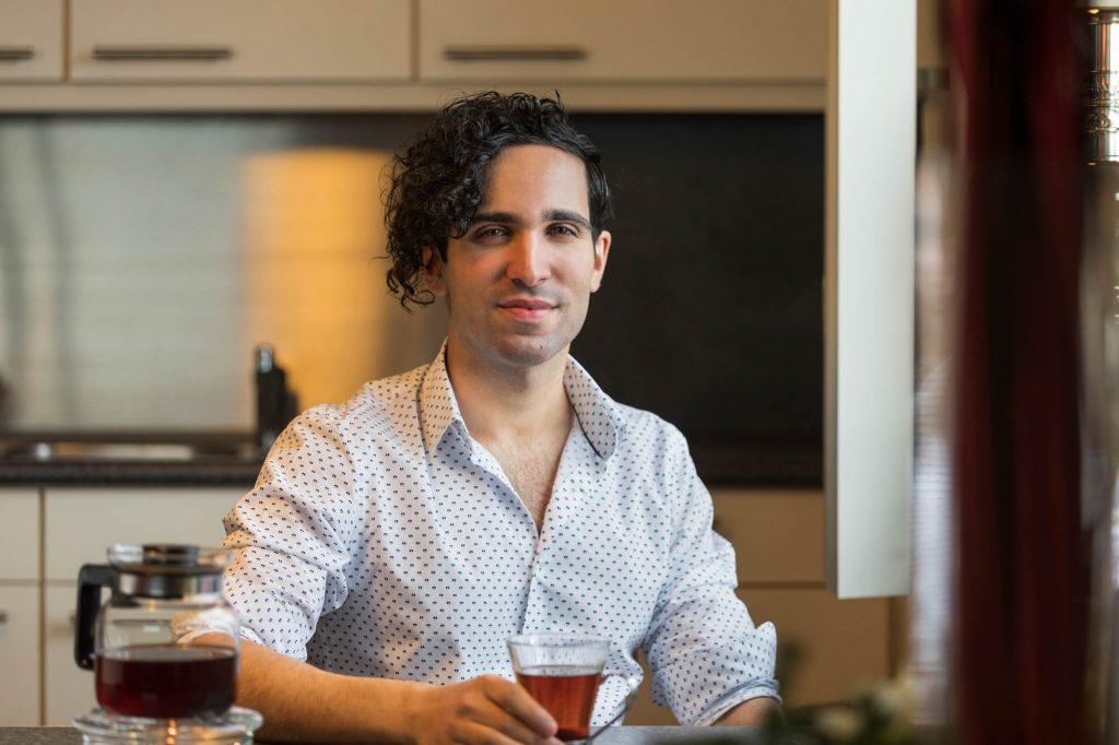Portret ondernemer aan tafel.