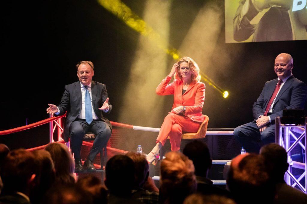 Event foto met bekende Nederlandse zakenmensen.