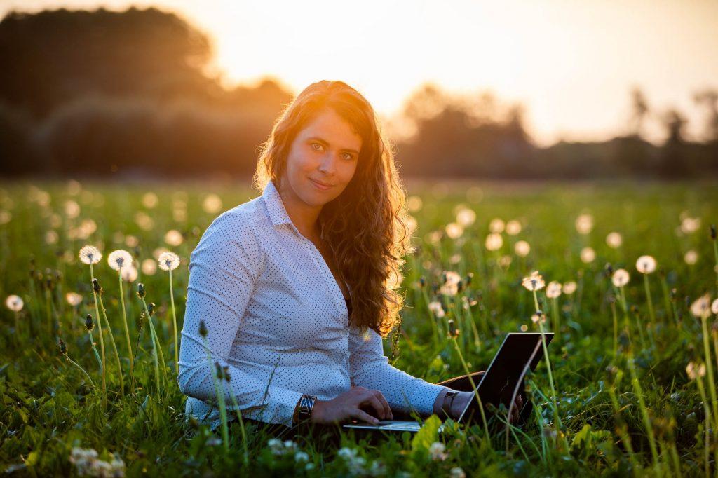 Zakelijk portret van een vrouwelijke ondernemer in de natuur.